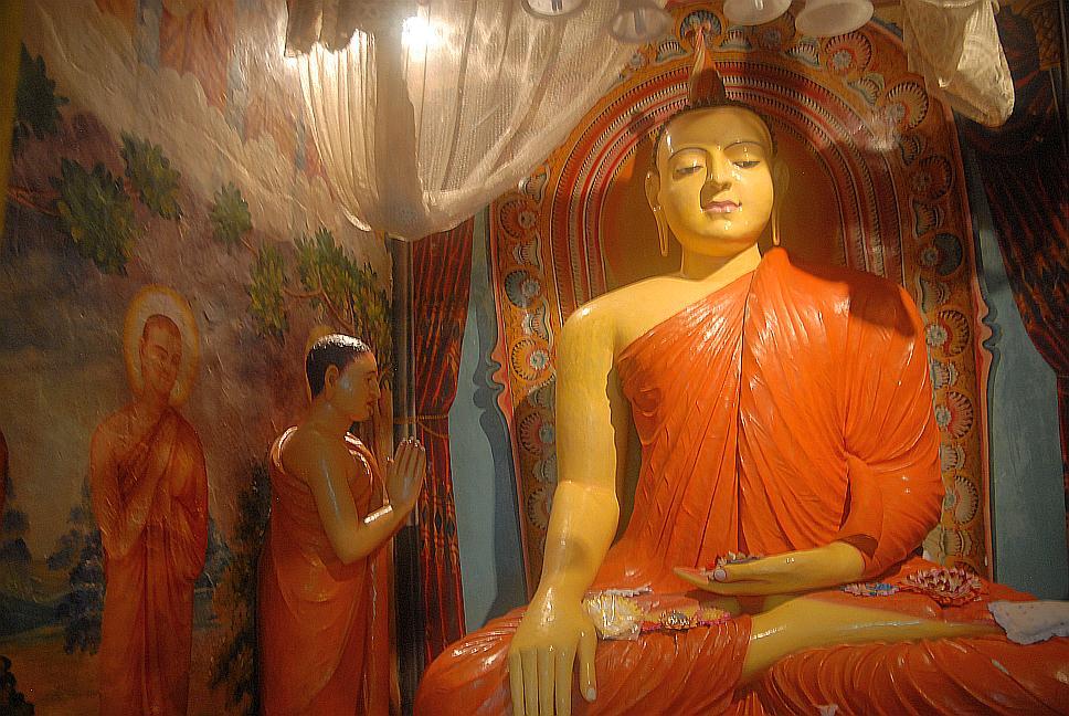 Budhův chrám při výletě lodí na Srí Lance