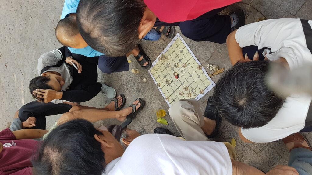 Čínské šachy se ve Vietnamu hrají snad všude